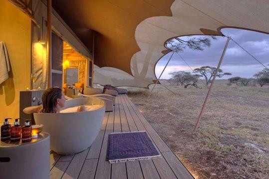 Outdoor tub at Namiri Plains